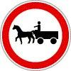 Állati erővel vont járművel behajtani tilos