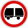 Járműszerelvénnyel behajtani tilos